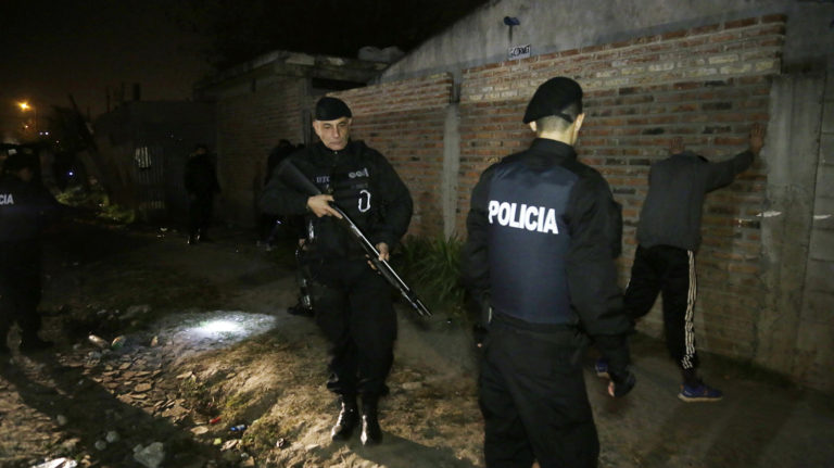 MEGAOPERATIVO POLICIAL EN BROWN